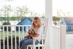 Blond mignon et son Yorkshire Terrier photographie stock libre de droits