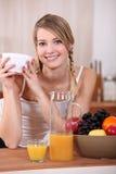 Blond mignon prenant le petit déjeuner. Photo libre de droits