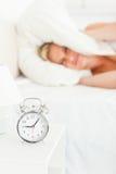 blond missbelåten stående som vaknar upp kvinnan Arkivbild