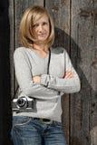 Blond mit antiker Kamera Lizenzfreies Stockfoto