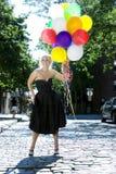 Blond mit Ballonen heraus in der Sonne Lizenzfreies Stockbild