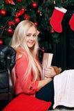 Blond mit Buch Stockfotografie