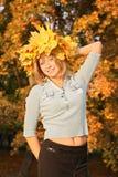 Blond mit den gelben Blättern Stockfotos