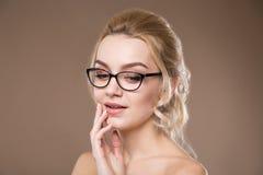 Blond mit der Hand nahe den Lippen Lizenzfreies Stockbild
