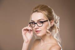 Blond mit der Hand nahe Gläsern Stockbilder