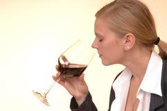 Blond mit Glas Wein Stockfoto