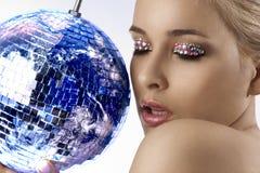 Blond mit kreativem bilden Sie eine glänzende Kugel Lizenzfreies Stockbild