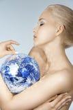 Blond mit kreativem bilden Sie eine glänzende Kugel Lizenzfreie Stockfotos
