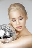 Blond mit kreativem bilden Sie eine glänzende Kugel Stockfotografie