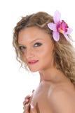 Blond mit Orchidee im Haar Lizenzfreie Stockfotografie