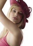 Blond mit rotem Fedora Stockbilder