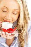 Blond mit Tasse Kaffee und Schokolade Stockbilder