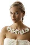 Blond mit weißem Gänseblümchen Lizenzfreie Stockfotografie