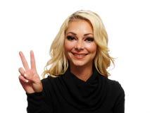 Blond mit zwei Fingern oben Lizenzfreie Stockbilder