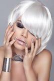 blond modeflicka Vitt kort hår Vitt kort hår Isolerat på grå bakgrund tätt med textsidan upp Manicured spikar Hairstyl Royaltyfria Foton