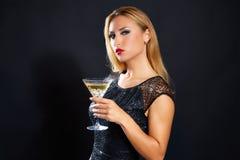 Blond modekvinna som dricker vermoutkoppen Royaltyfria Bilder