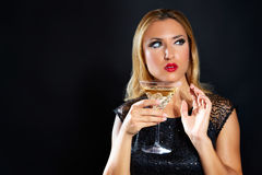 Blond modekvinna som dricker vermoutkoppen arkivfoton
