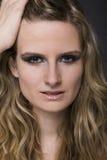 blond model stående Arkivbild
