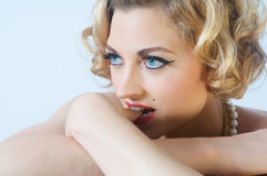 blond model stående Arkivfoto