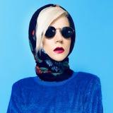 Blond model in traditionele Russische sjaal Royalty-vrije Stock Afbeeldingen