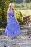 Blond modell In en lantlig miljö fotografering för bildbyråer