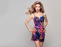 Blond modell för mode i stilfull Jumpsuit för sommar fotografering för bildbyråer