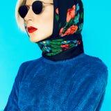 Blond modell i traditionell rysk halsduk fotografering för bildbyråer
