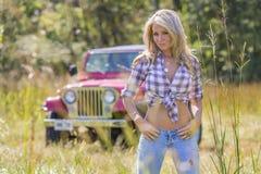Blond modell med bilen arkivfoton