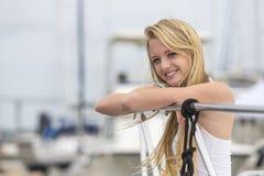 Blond modell Outdoors fotografering för bildbyråer