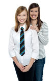 Blond moder och dotter som tillsammans poserar Fotografering för Bildbyråer