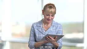 Blond mogen affärskvinna med minnestavlan i regeringsställning stock video