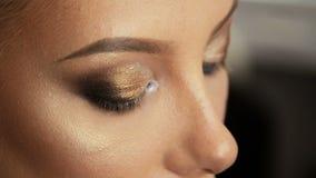 Blond närbild för skönhetsalong av ögat med smink arkivfilmer