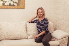 blond nätt kvinna Fotografering för Bildbyråer