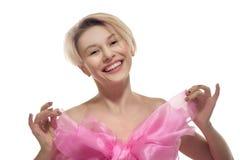 Blond naken kvinna i stor rosa färgpilbåge Royaltyfri Bild