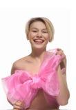 Blond naken kvinna i stor rosa färgpilbåge Fotografering för Bildbyråer
