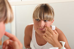 Blond nastoletniej dziewczyny domycia twarz Zdjęcia Stock