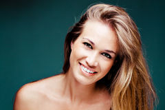 blond naturlig nätt le kvinna royaltyfri foto
