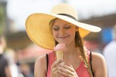 Blond och gullig flicka som äter glass Arkivfoton