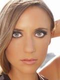 blond oczy zielenieją plenerowych portreta kobiety potomstwa fotografia royalty free