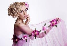 Blond piękna kobieta z kwiatami Obrazy Royalty Free