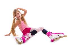 Blond pigtails rolkowej łyżwy dziewczyny siedzieć szczęśliwy Obraz Stock