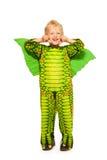 Blond pojke i stående för höjd för drakedräkt full Arkivbild