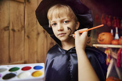 Blond pojke på det halloween partiet Arkivbilder