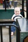 Blond pojke som kör en toybil Arkivfoto