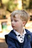 blond pojke utanför Arkivfoton