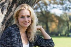 blond portreta uśmiechnięci kobiety potomstwa Zdjęcie Royalty Free