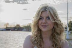 blond posera kvinna Fotografering för Bildbyråer