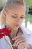 Blond regardant une boucle d'or Image libre de droits