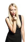 Blond Rougelippen eines in den schwarzen Kleides Lizenzfreie Stockfotos