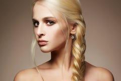 Blond sexig flicka med sunt hår arkivfoton